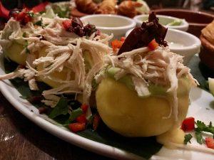 Peruanisches Essen beim Causas Peru in Köln - Ehrenfeld: Causa gefüllt mit Pulled Chicken und Avocado