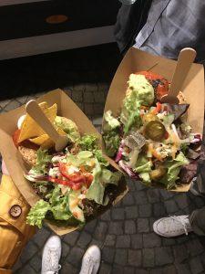 Leckeres Streetfood auf dem Feierabendmarkt, hier gefüllte Pasteten vom Tazzy Food Truck