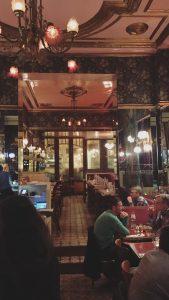Wer zu später Stunde noch leckeres Eis möchte, schaut in de Bar Schmitz auf der Aachener Straße vorbei.