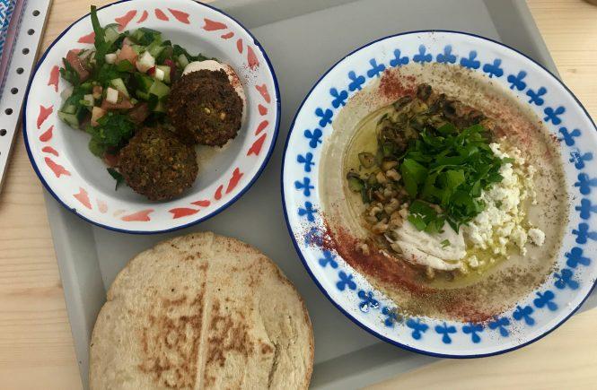 Hummus mit Zuccini und Feta