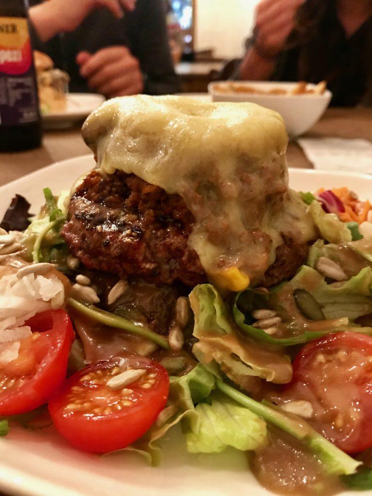 Fette Burger - hier ohne Brot - in der Kölner Südstadt