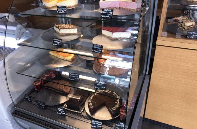 """Auch veganer und glutunfreier Kuchen gibt es in der üppigen Kuchentheke im """"Wo ist Tom?"""" Café"""