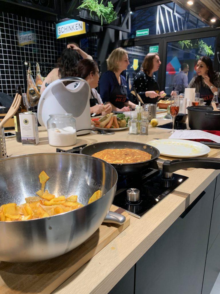 Kochkurs in Köln: Wie wäre es mit einem Tapaskochkurs in Köln? Hier lernst du viele verschiedene Einblicke in die spanische Küche kennen.